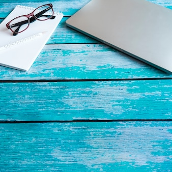 Computer portatile grigio sul tavolo di legno blu