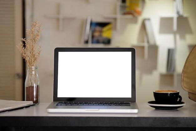 Computer portatile mockup su area di lavoro creativa.