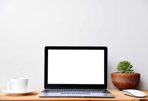 Computer portatile moderno dello schermo in bianco con la tazza di caffè e del mouse, desktop dell'area di lavoro