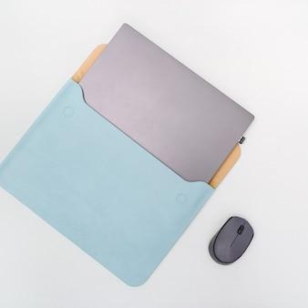 Computer portatile moderno in custodia blu brillante