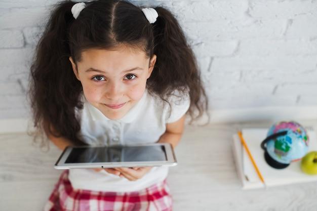 Computer portatile seduta in possesso di un laptop guardando