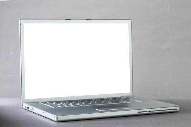 Computer portatile su sfondo grigio