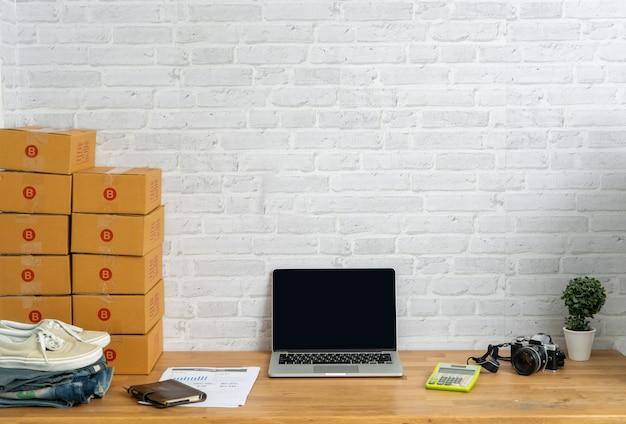 Computer portatile sul posto di lavoro che vende online