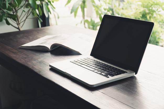 Computer portatile sul tavolo. lavorando con il computer portatile. lavorando con la tecnologia mobile.