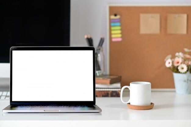 Computer portatile sull'area di lavoro di home studio