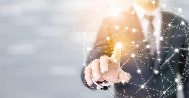 Comunicazione e tecnologia commoventi del collegamento della sfera della rete globale della mano dell'uomo d'affari