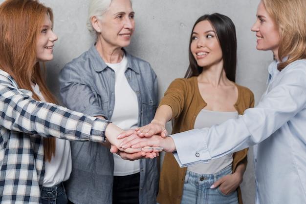 Comunità di donne che celebrano insieme
