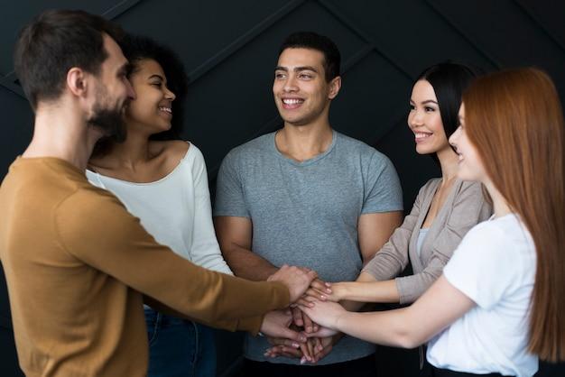 Comunità di giovani che si tengono per mano insieme