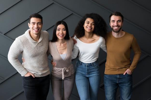 Comunità di giovani in posa