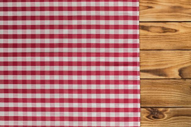 Con tavolo in legno vuoto con tovaglia