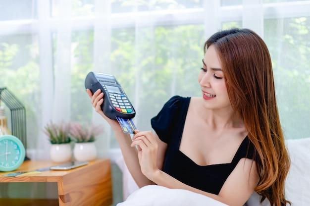 Con una carta di credito strisciare la macchina nel letto