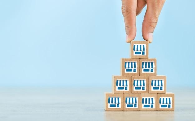 Concep di business in franchising, scegli il blog in legno con marketing in franchising.