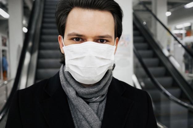 Concept 2019-ncov coronavirus. uomo che indossa una maschera medica per proteggersi dalla pandemia di covid-19