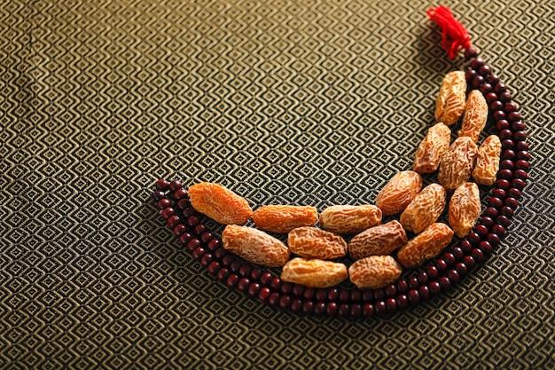 Concept for ramadan, date fruttifica con una preghiera islamica