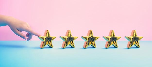 Concetti della recensione del cliente con dito femminile e cinque stelle d'oro