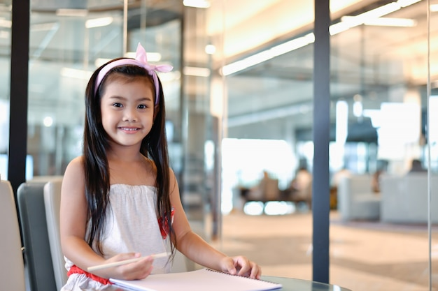 Concetti di educazione. la ragazza sta studiando in biblioteca. le belle ragazze sono felici di imparare.