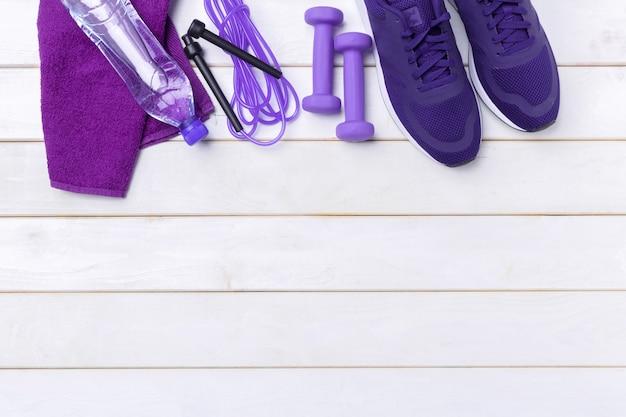 Concetti di fitness sportivo con attrezzi da palestra