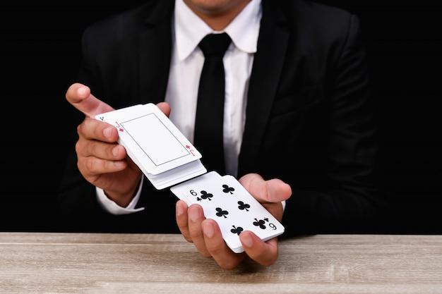 Concetti di gioco. gli uomini d'affari giocano d'azzardo al casinò