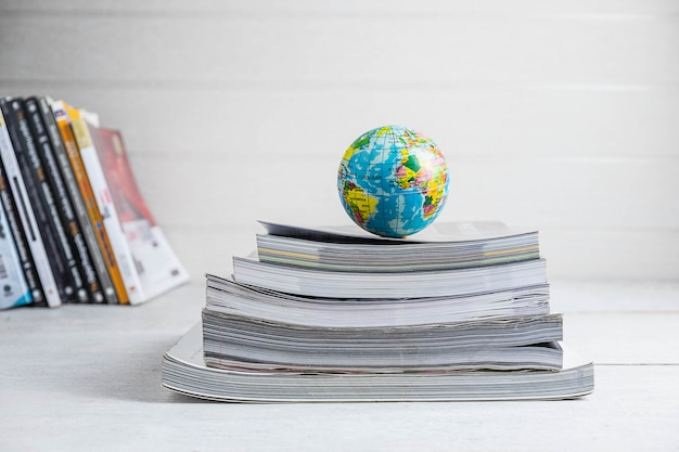 Concetti di istruzione libri e globi