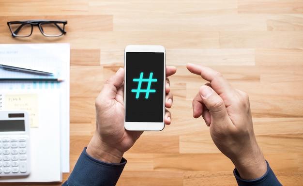 Concetti di social media con il segno di hashtag sullo smartphone