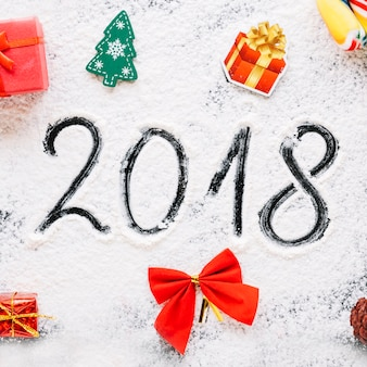 Concetto 2018 con neve e regali