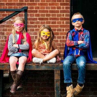 Concetto adorabile coraggioso degli amici dei bambini dei supereroi