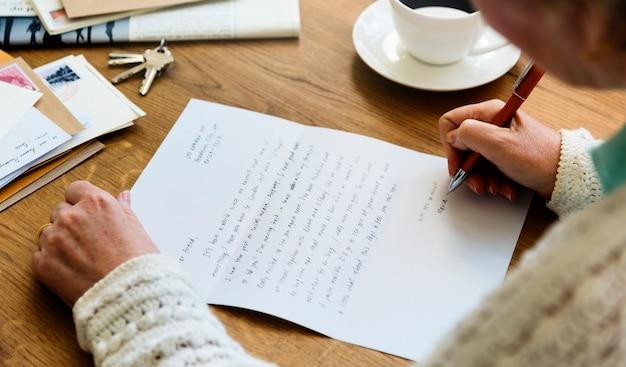 Concetto adulto della cartolina della lettera della lettura adulta