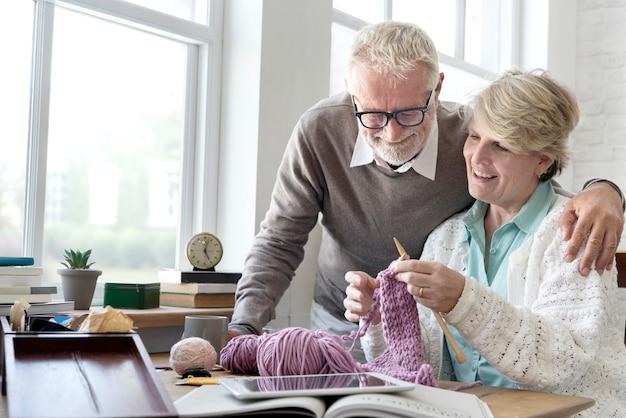 Concetto adulto femminile tricottante di svago dell'anziano