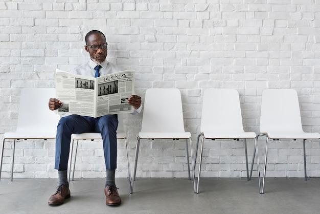 Concetto africano del posto di lavoro del giornale della lettura dell'uomo d'affari