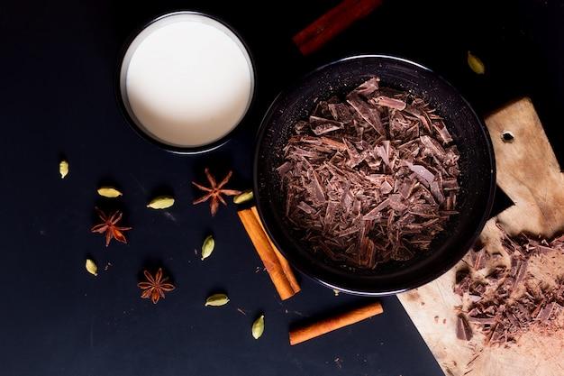 Concetto alimentare preparazione per sciogliere il cioccolato biologico per preparare dolci