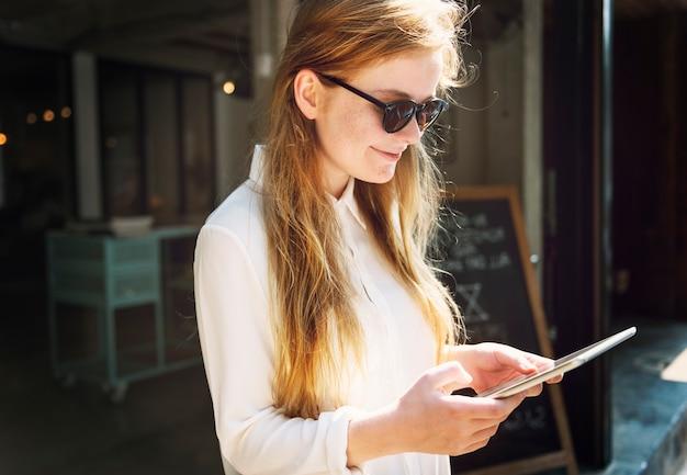 Concetto all'aperto della compressa di tecnologia dei dispositivi della donna