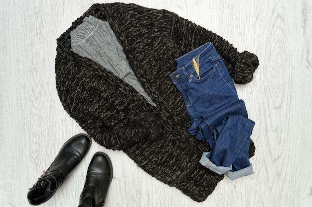 Concetto alla moda. cardigan nero, scarpe e jeans blu