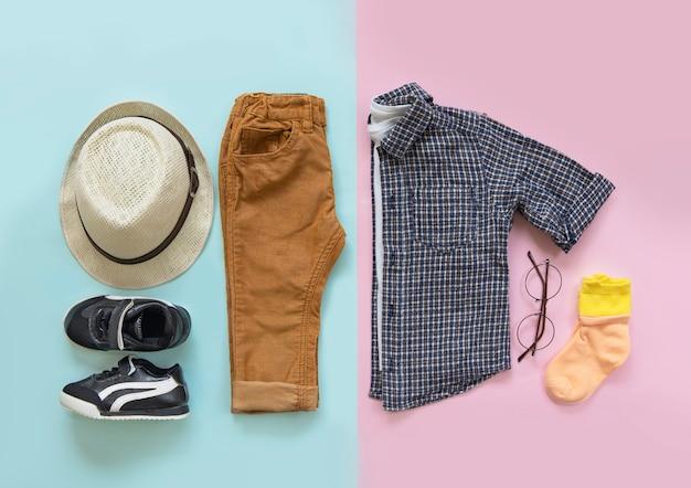 Concetto alla moda, vestiti per bambini, vista dall'alto