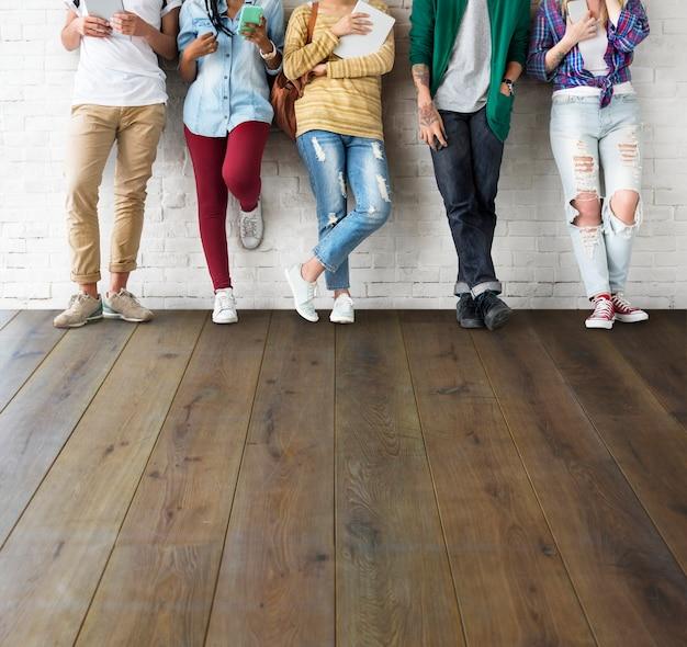 Concetto allegro degli amici dei pantaloni a vita bassa di anni dell'adolescenza di diversità