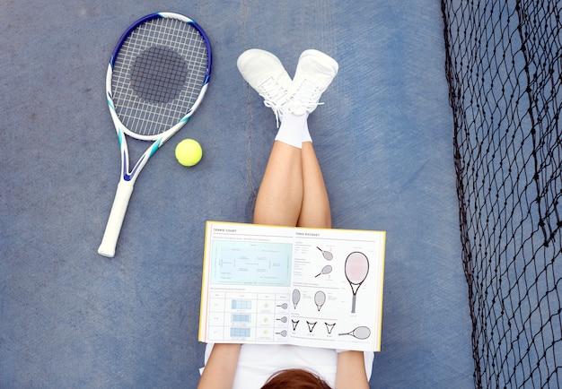 Concetto asiatico dei giovani della donna casuale di studio di tennis