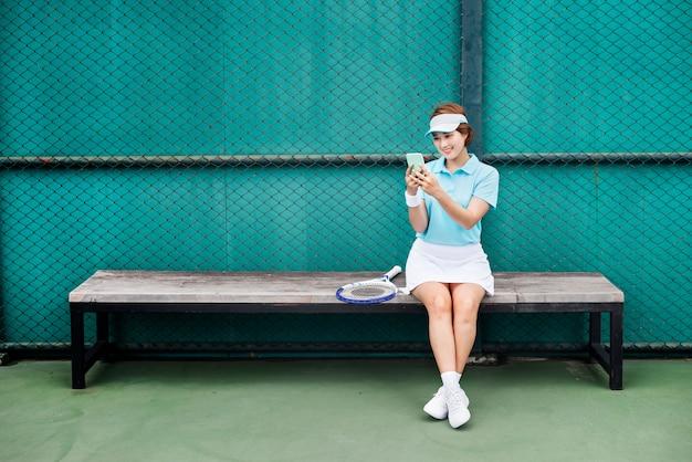 Concetto asiatico della donna della ragazza dell'atleta di etnia di tennis