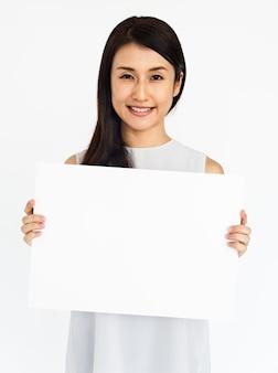 Concetto bianco in bianco del cartello della tenuta femminile