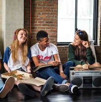 Concetto casuale degli anni dell'adolescenza di stile di unità degli amici di musica radiofonica