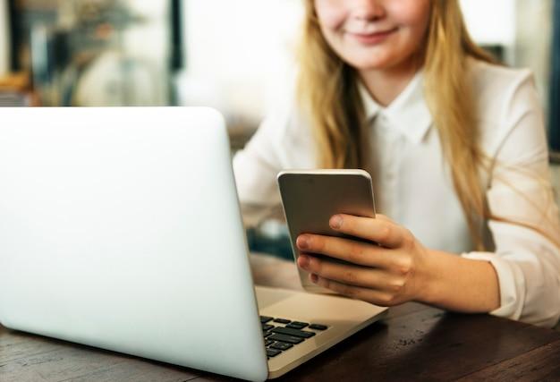 Concetto casuale di pianificazione del dispositivo di digital di internet della ragazza
