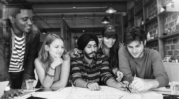 Concetto casuale di riunione di brainstorming del caffè dell'architetto