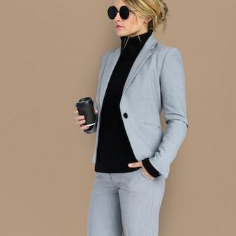 Concetto caucasico degli occhiali da sole del caffè della donna di affari