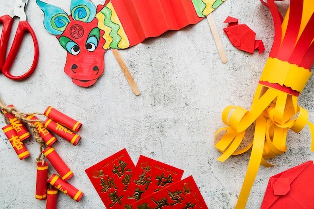 Concetto cinese di nuovo anno con il mestiere di carta