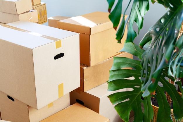 Concetto commovente con le scatole di cartone impilate in una stanza