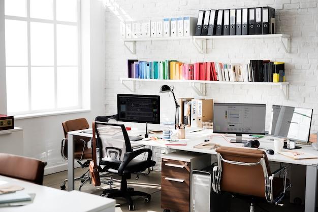 Concetto contemporaneo degli articoli per ufficio del posto di lavoro della stanza