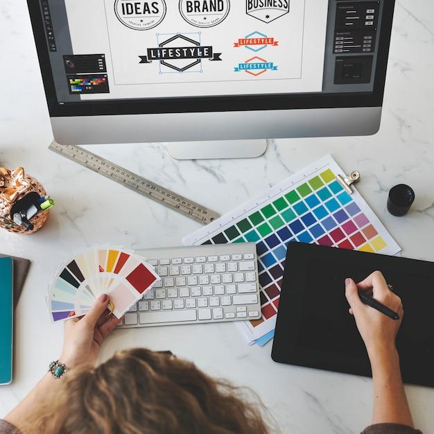 Concetto creativo del progettista stazionario del campione dell'ombra di colore