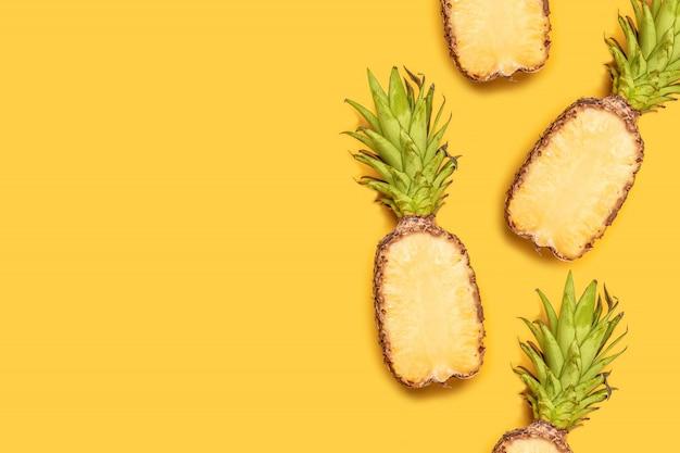 Concetto creativo di frutta estiva. ananas maturi su sfondo giallo pastello.