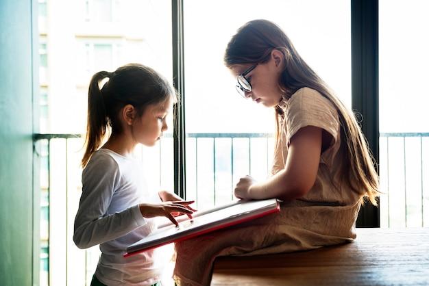 Concetto creativo di immaginazione di idee di amicizia delle sorelle