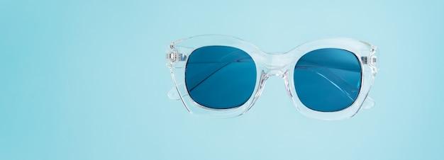 Concetto creativo estivo. stile minimal con occhiali da sole trasparenti