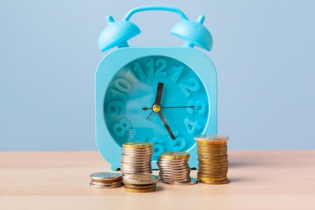Concetto crescente del grafico, di affari e dei soldi della pila della moneta dei soldi