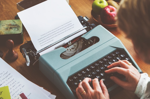 Concetto d'annata di alfabeto di stile della macchina da scrivere di battitura a macchina